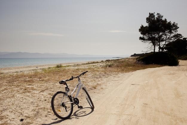 Das fahrrad auf der straße