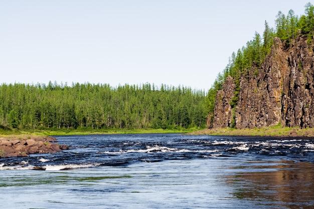 Das felsige ufer eines großen flusses. großer fluss von ostsibirien. region krasnojarsk.