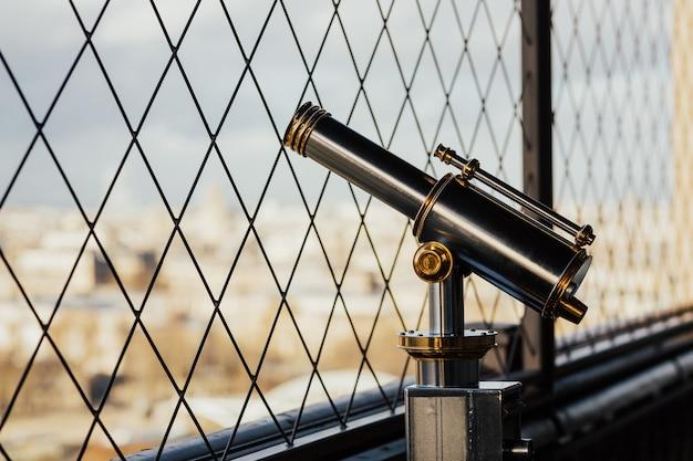Das fernglas am eiffelturm und in paris
