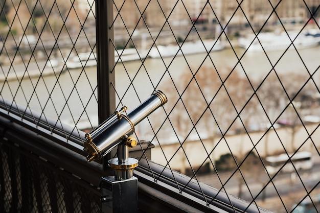 Das fernglas auf der aussichtsplattform des eiffelturms und in paris