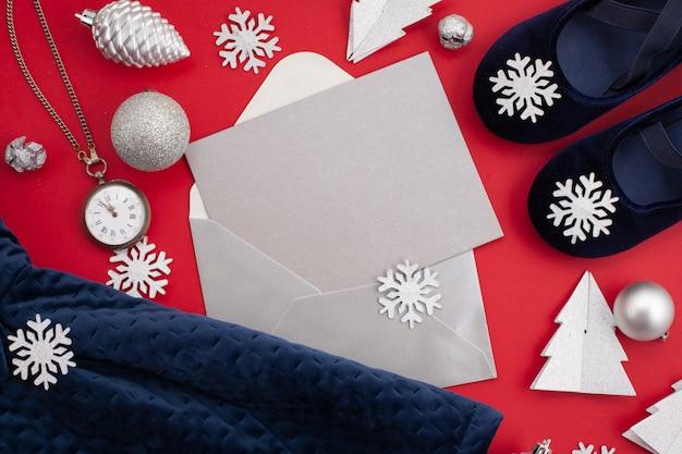 Das festliche kleid des dunkelblauen mädchens für weihnachten