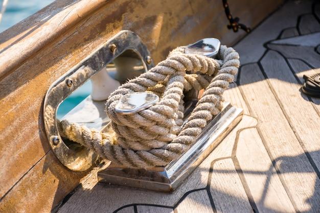 Das festmacher-seil ist auf einer spule aufgewickelt