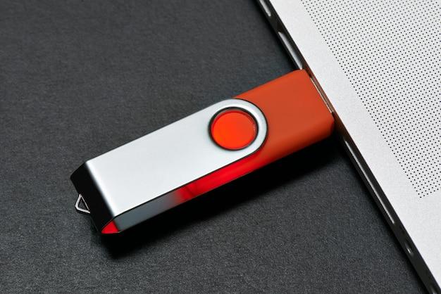 Das flash-speicherlaufwerk ist an einen laptop-anschluss angeschlossen.