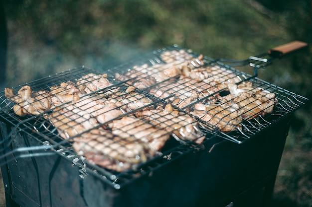 Das fleisch wird auf einem gitter auf einem feuer gebraten