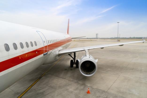 Das flugzeug der zivilluftfahrt hält am vorfeld des flughafens