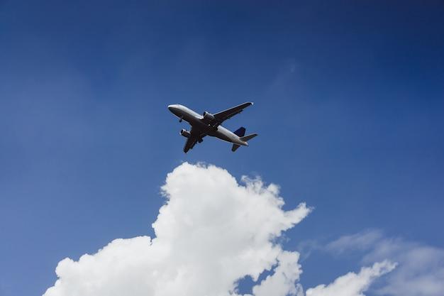 Das flugzeug fliegt in den blauen himmel