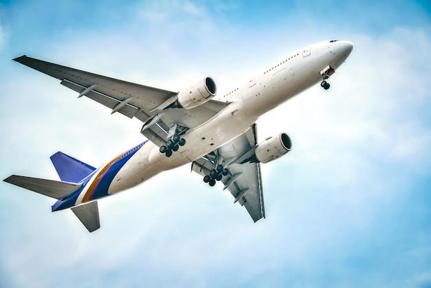 Das flugzeug fliegt wunderschön in richtung himmel.