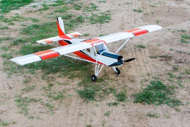 Das flugzeug für die funkfernsteuerung.