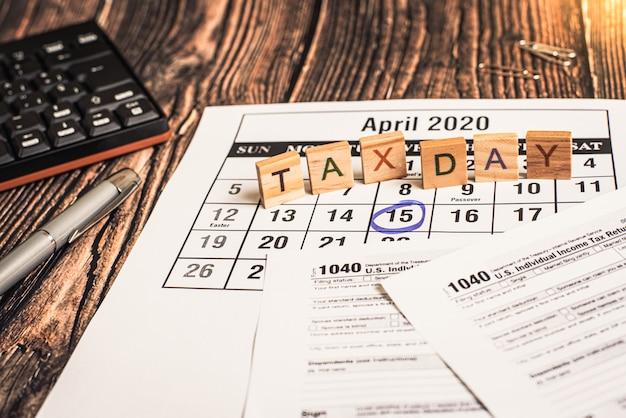 Das formular 1040 muss im april als frist für die zahlung der einzelnen steuern ausgefüllt werden.