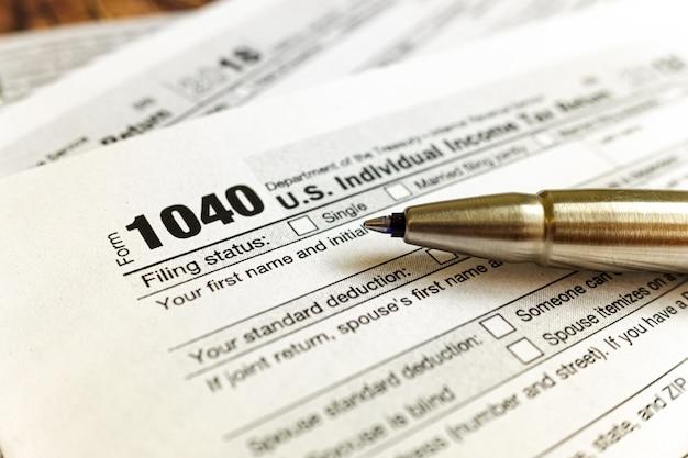 Das formular 1040 muss im april ausgefüllt werden, um die individuellen steuern zu zahlen.
