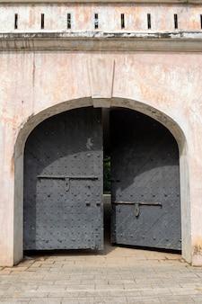 Das fort canning gate sind die überreste des alten forts, das auf der spitze des hügels errichtet wurde Premium Fotos
