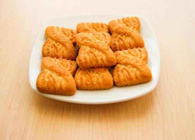 Das foto eines haufens von keksen oder shortcake-keksen auf dem teller. hintergrund zum nationalen cookie-tag