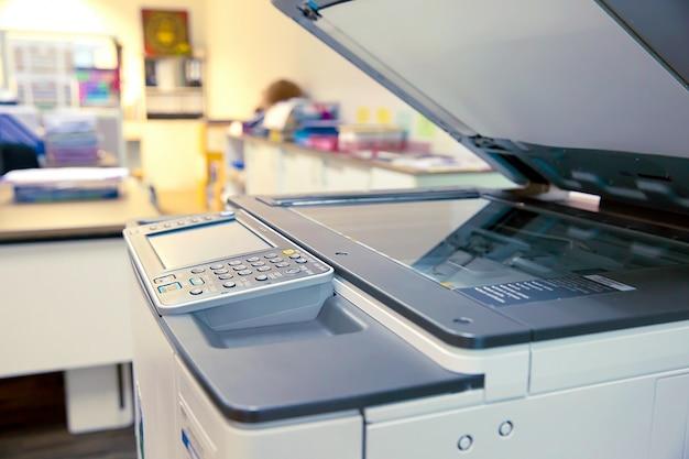 Das fotokopiergerät im büro.