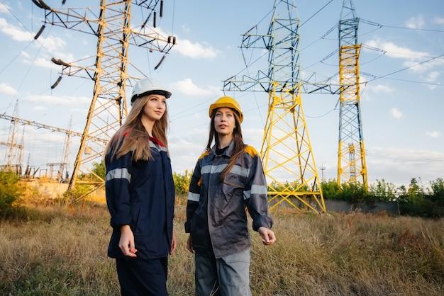 Das frauenkollektiv der energiearbeiter führt eine inspektion von geräten und stromleitungen durch. energie.