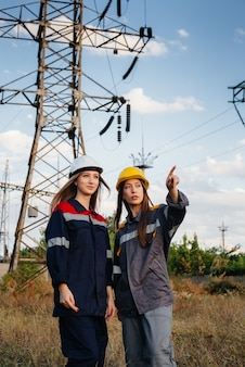 Das frauenkollektiv der energiearbeiter führt eine inspektion von geräten und stromleitungen durch