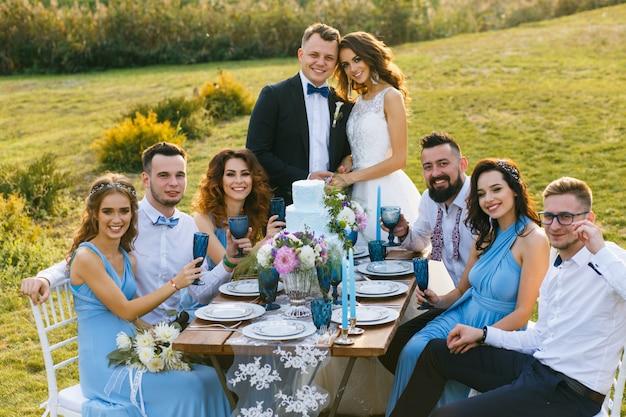 Das frisch verheiratete paar und die gäste
