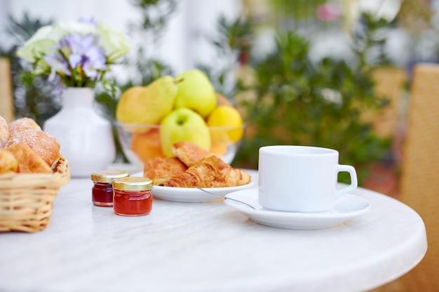 Das frühstück wird auf der terrasse serviert