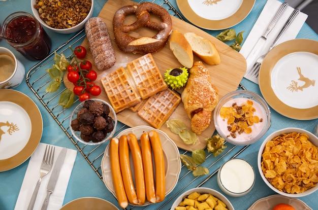 Das frühstück wird morgens mit kaffee, orangensaft, croissants, müsli und obst serviert. ausgewogene ernährung.