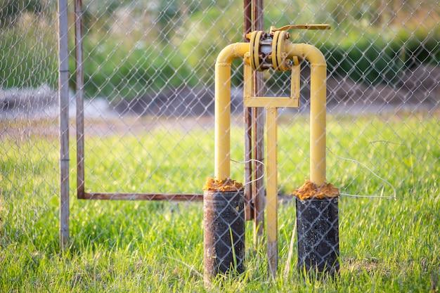 Das gasventil auf dem gelben metallrohr. absperrklappe an der gasleitung.