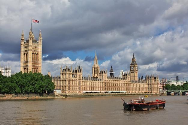 Das gebäude des britischen parlaments in london city, england, uk
