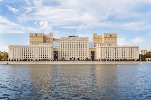 Das gebäude des russischen verteidigungsministeriums am ufer der moskwa.