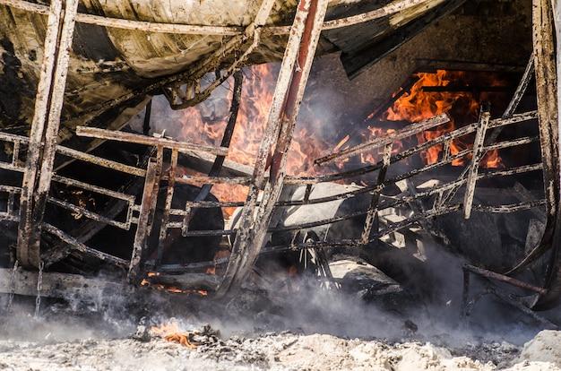 Das gebäude ist in brand und rauch. das konzept des feuers