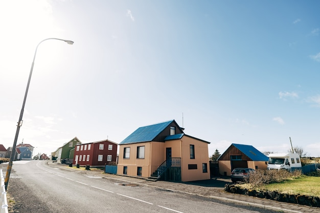 Das gebiet der wohngebäude in island, in dem die isländer in bunten wohngebäuden leben