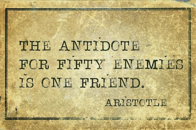 Das gegenmittel für fünfzig feinde - zitat des antiken griechischen philosophen aristoteles auf grunge-vintage-karton gedruckt