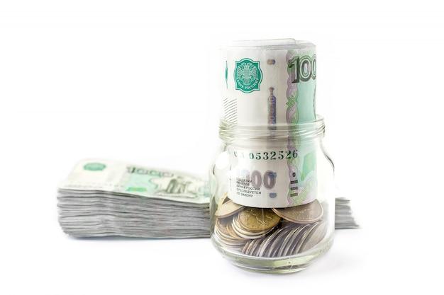 Das geld prägt das glas. kopieren sie platz für geschäfts- und finanzwachstumskonzept.