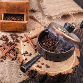 Das gerät zum rösten von kaffeebohnen, ein alter handschleifer.