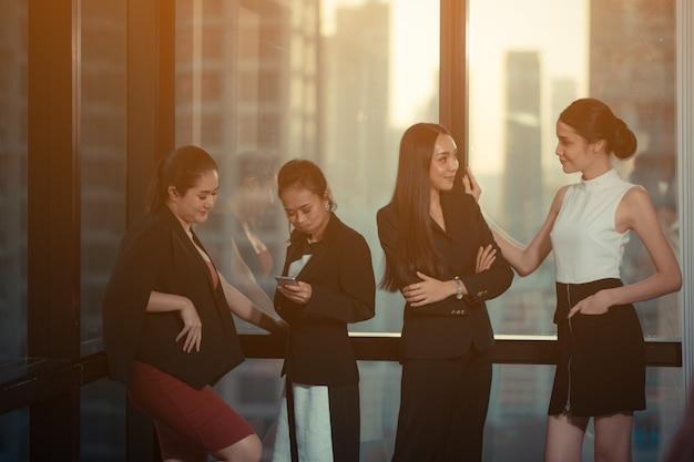 Das geschäftsteam bespricht sich im modernen büro. modernes geschäft