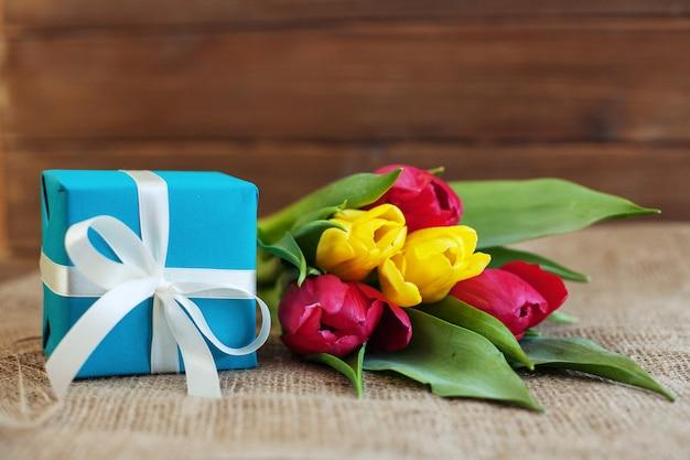Das geschenk der blumen. konzeptionsfeier, 8. märz, geburtstag, motte