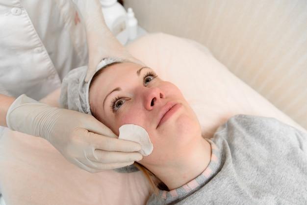 Das gesicht abwischen, kosmetologie