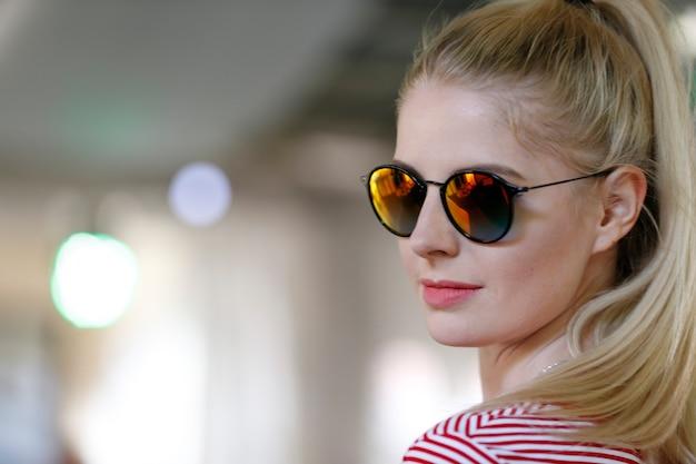 Das gesicht des models trägt eine brille.