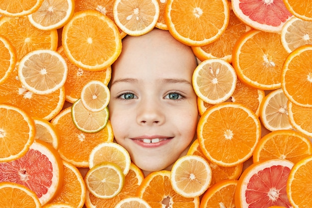 Das gesicht eines kindes ist von orangen umgeben