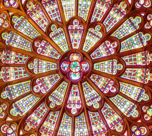 Das glasfenster in der katholischen kathedrale.