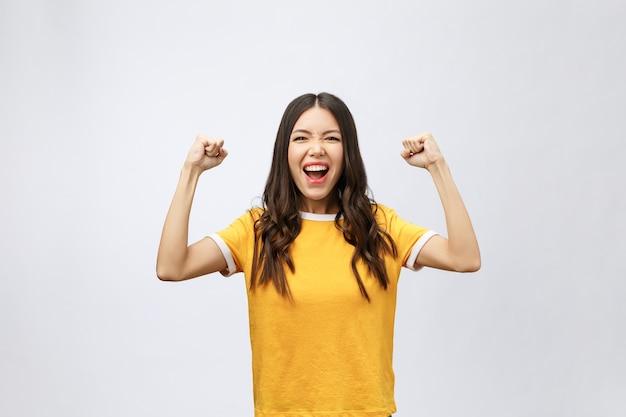 Das glück der asiatischen frauen reicht mit dem gewinnen oder erfolg etwas