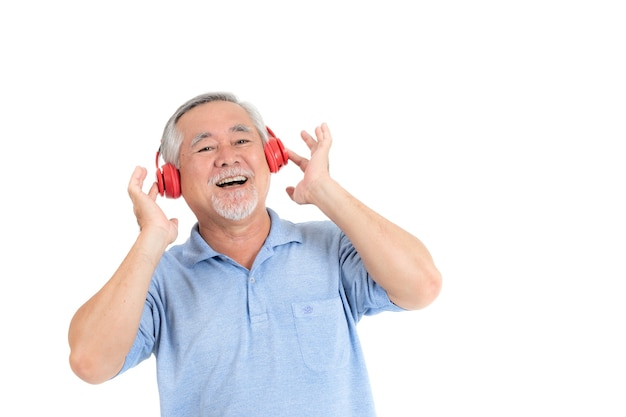 Das glückliche gefühl des älteren mannes des lebensstils genießen, hörende musik mit den kopfhörern zu hören, die auf weißem ba lokalisiert werden