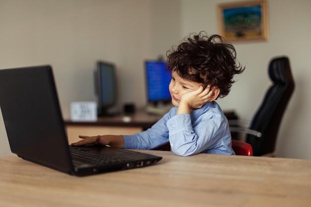 Das glückliche kind kommuniziert online mit verwandten