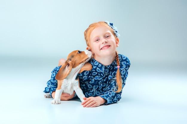 Das glückliche mädchen und ein beagle-welpe