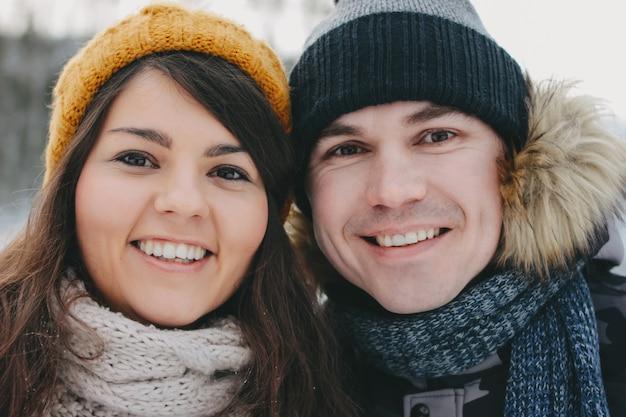 Das glückliche paar in der liebe am waldnaturpark in der kalten jahreszeit, abschluss oben