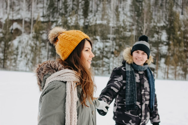 Das glückliche paar in der liebe am waldnaturpark in der kalten jahreszeit