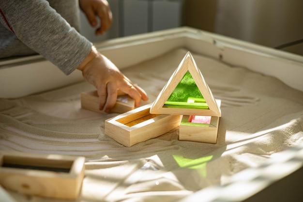Das goldene briefpapier ist ordentlich in weißen behältern in den schubladen der nachttischaufbewahrung...