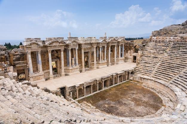 Das griechische amphitheater in hierapolis, in der nähe von pamukkale in der türkei und kolonnade des alten theaters