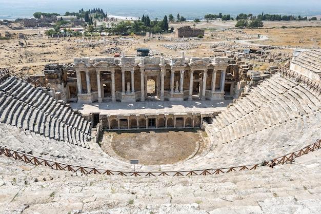 Das griechische theater in hierapolis ist eine antike stadt in der türkei