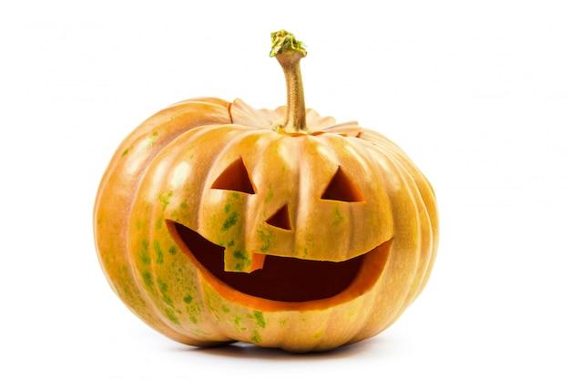 Das grinsen des halloween-kürbises auf weiß lokalisierte oberfläche