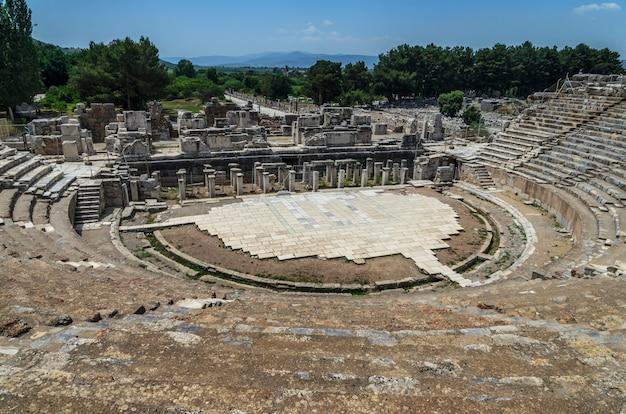 Das große theater in ephesus, türkei. ephesus war eine antike griechische stadt und später eine große römische stadt und eine der größten städte der mittelmeerwelt.