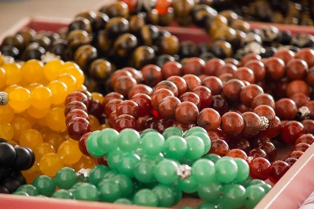 Das handgelenk profit ist aus stein in vielen farben gefertigt