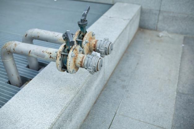 Das hauptwasser-absperrventil für den außenbereich besteht aus messingrohren