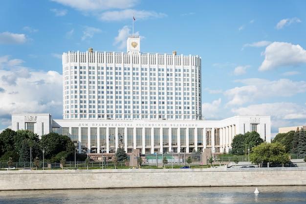 Das haus der regierung der russischen föderation am ufer im zentrum der hauptstadt an einem sonnigen, klaren tag. vorderansicht. moskau, russland